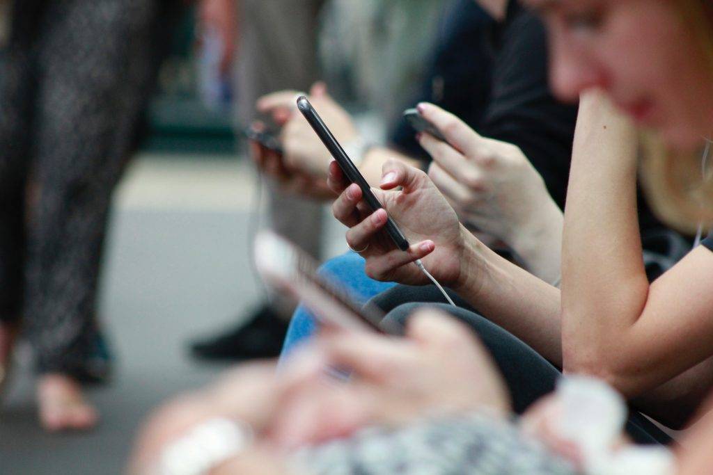 Pesonen-die-auf-ihr-Smartphone-schauen-psmedia-social-media-performance-agentur-hamburg