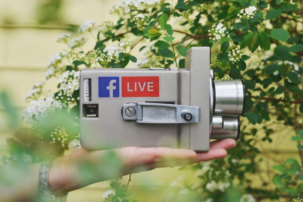 Bild-einer-videokamera-die-auf-einer-hand-liegt-psmedia-social-media-performance-agentur-hamburg